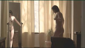 Josephine Schmidt nackt vorm Spiegel